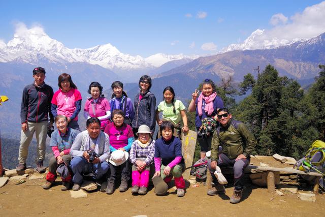 ヒマラヤの絶景を楽しんだ参加者たち。前列左から3人目が松沢寿子さん。後方左の山はダウラギリ1峰=2019年4月2日午後3時59分、ネパール、高久正雄さん提供