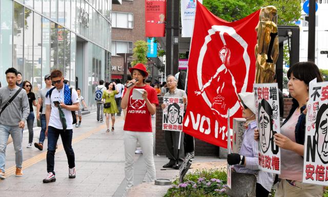 街頭でG20財務相・中央銀行総裁会議への反対を訴える市民グループ=2019年6月9日午後2時59分、福岡市中央区、野上隆生撮影
