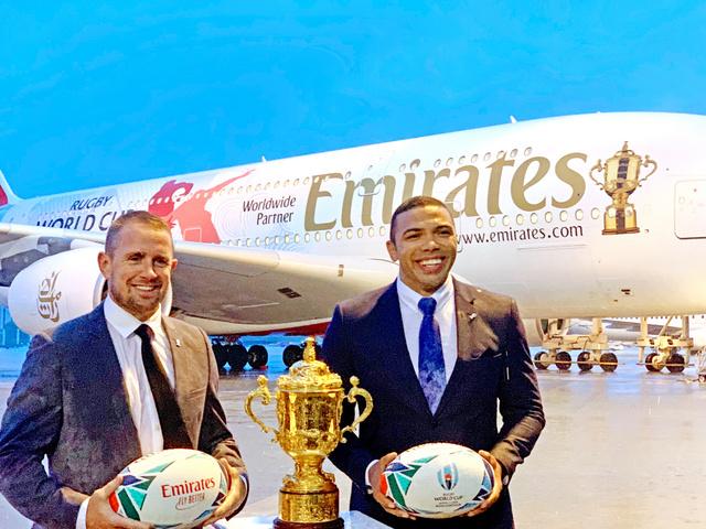 南ア元代表のブライアン・ハバナさん(右)、ウェールズ元代表のシェーン・ウィリアムズさんと日本に到着した「ウェブ・エリス・カップ」=2019年6月10日午後6時53分、千葉県成田市の成田空港、根岸敦生撮影
