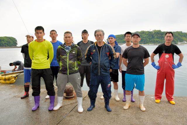 萩大島船団丸の漁師たち。(前列左から)新人の川島知希さん、林将重さん、船団長の長岡秀洋さん=山口県萩市