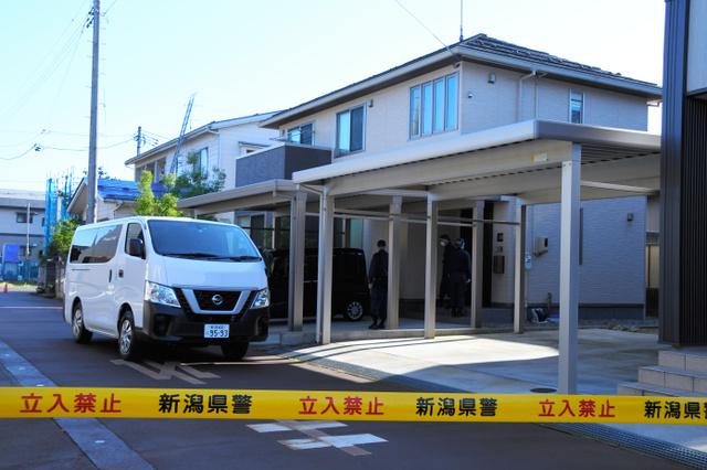 伊藤容疑者の自宅では新潟県警が現場検証をした=13日、新潟県長岡市
