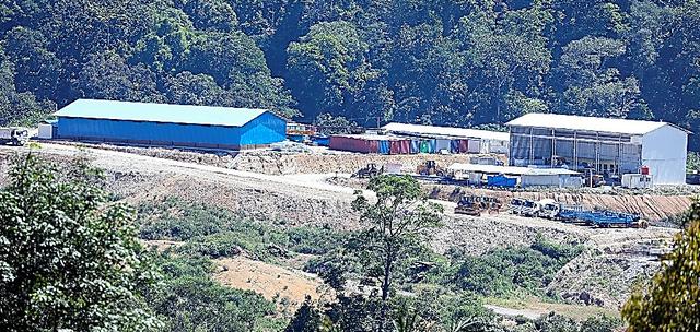 建設が進む水力発電所の関連施設=5月、南タパヌリ