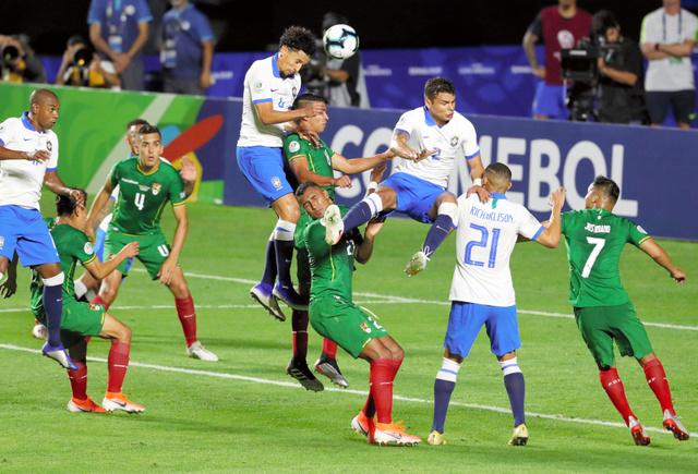 南米選手権の開幕戦となったブラジル―ボリビア戦で競り合う選手たち=ロイター
