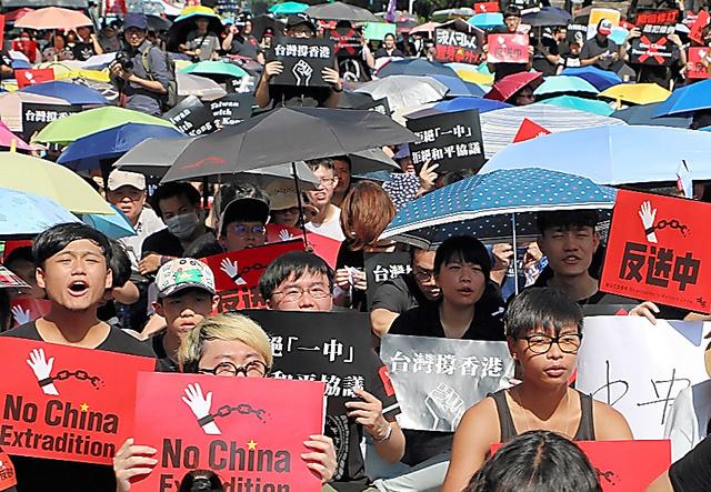 香港を支援するため台湾の立法院前で開かれた集会=16日、台北、西本秀撮影