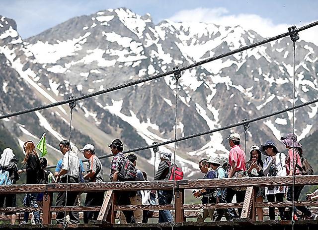 外国からの団体観光客が多く行き交う上高地の河童橋。橋からは穂高連峰が一望できる