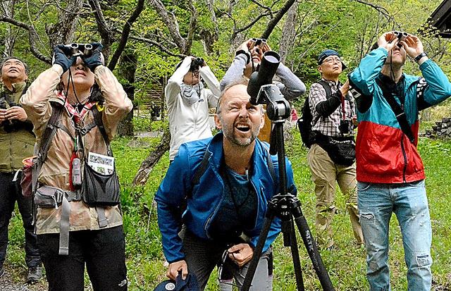 生態系の豊かな上高地でバードウォッチングを楽しむ米国から来たクリストファー・ハーマン(前列中央)ら=長野県松本市、近藤幸夫撮影