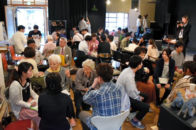 上田市や諏訪市などの自治体議員や市民、大学生らが集まり、意見を交わした=上田市中央2丁目