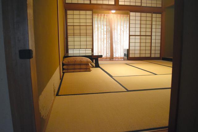 第1通報者の河野義行さんが記者会見をした部屋。壁の下側の和紙がはがれ落ちている=2019年6月19日午後1時7分、長野県松本市