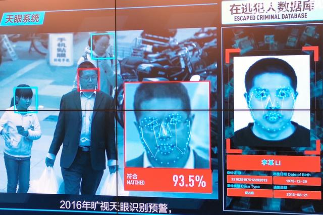監視カメラで逃亡犯を識別するシステムの実演。顔の特徴を抽出してデータベースにある写真と比較し、一致度を算出する=2018年9月11日、北京市、福田直之撮影