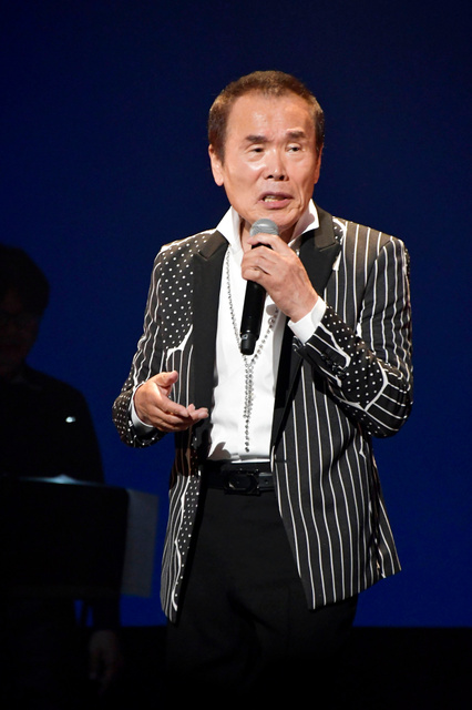 舞台で歌う新田晃也さん=事務所提供