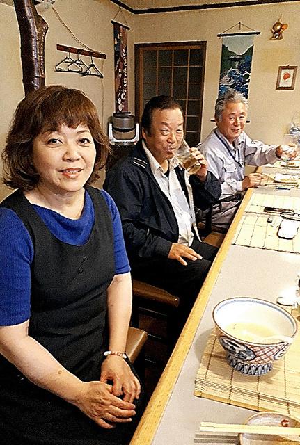 小料理「のんき屋」の常連客と店主の鎌倉順子さん(手前)=愛媛県今治市