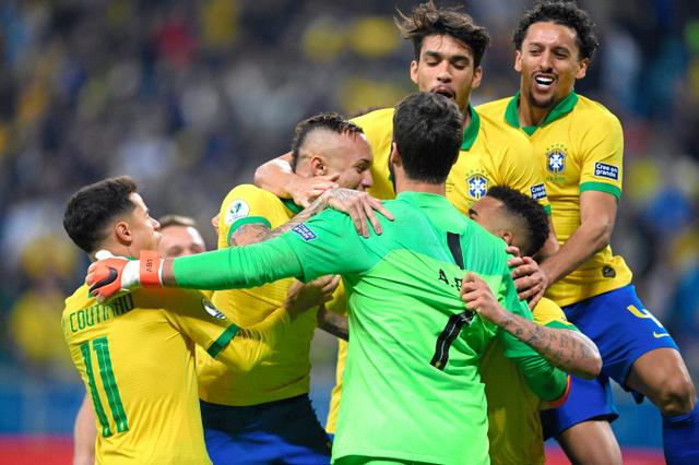 PK戦の末に準決勝進出を決め、喜ぶブラジル代表の選手たち=AFP時事