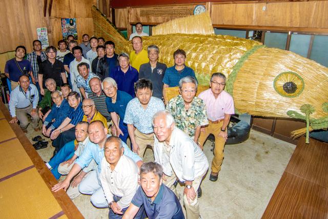 町内の面々30人余りが集まり、5年ぶりの鯉完成を祝った=2019年6月30日午前11時1分、千葉県香取市佐原イ、根岸敦生撮影