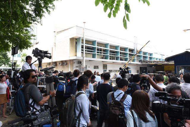 正男氏の遺体が安置されていた病院前には一時、数百人の報道陣が詰めかけた。この後、スコールに見舞われ、記者たちはずぶぬれで取材を続けた=2017年2月、クアラルンプール、乗京真知撮影