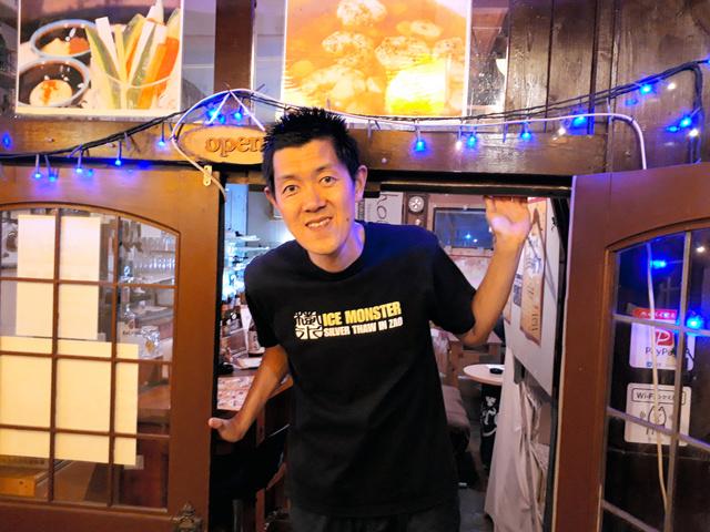 バー「gohoubi」の店長、山越礼士さんは身長186センチ。市場一の長身だ=福島県いわき市