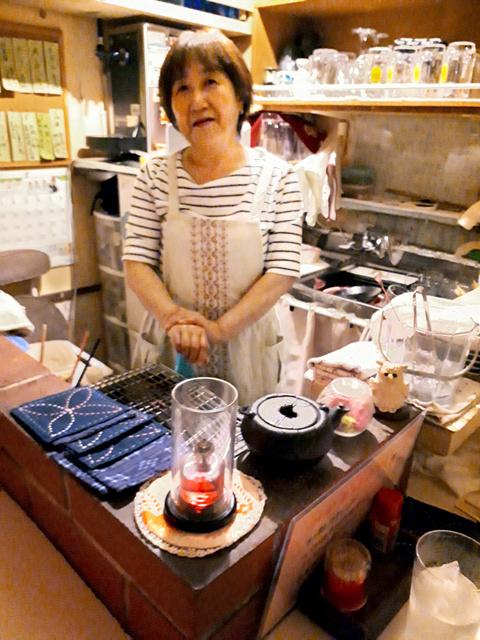 「居酒屋 花」のママ、砂川恭子さんは北海道東部の別海町出身だ=北海道釧路市川上町4丁目の「釧路赤ちょうちん横丁」