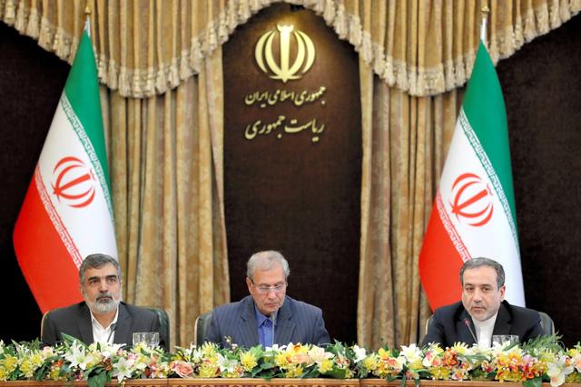 テヘランで7日、記者会見する(右から)アラグチ外務省次官、ラビイー政府報道官ら=AP