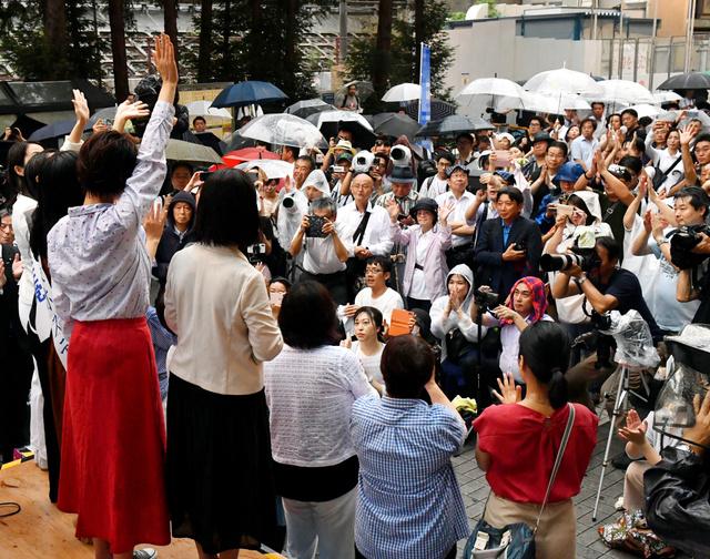 公示前日の3日、街頭演説の壇上には参院選の女性候補予定者がずらりと並んだ(画像の一部を加工しています)=井手さゆり撮影