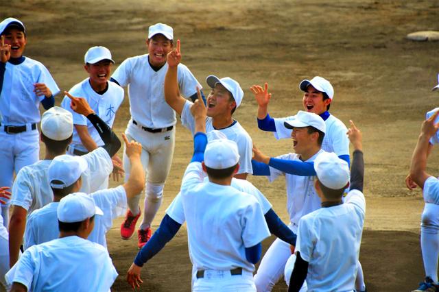 練習の始めに「予祝」をする小松大谷の選手たち=2019年6月19日、小松大谷高校、岡純太郎撮影