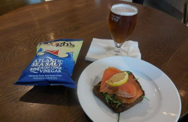 旅先での食事の一コマ。袋入りのポテトチップは、NOVA分類では超加工食品となるでしょうが、この商品の原材料は、ジャガイモと油、塩だけです。オープンサンドのパンは、大量生産の商品かどうかは分かりません。なお、ビールはグループ3の加工食品に入ります。しかし、野菜がないこの食事、バランスがとれているとは言えないですね