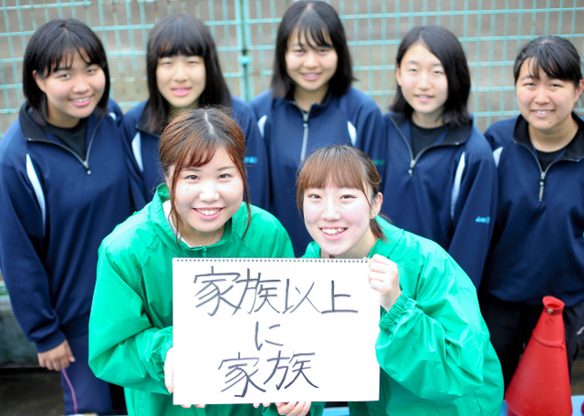 後輩部員の応援に駆けつけた滝口結花さん(右前)と渡辺千紘さん(左前)=白河グリーン