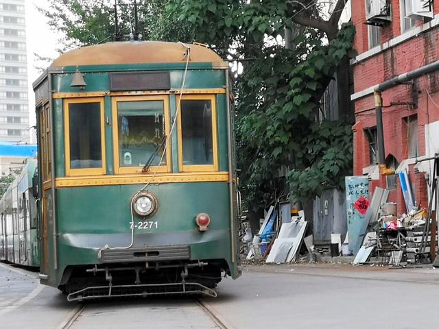 修理場に置かれた路面電車=6月30日、遼寧省大連、吉岡桂子撮影