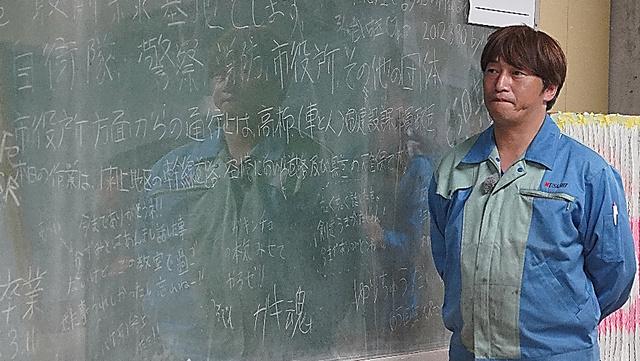 黒板を見つめる寺澤武幸さん=宮城県名取市閖上、小玉重隆撮影