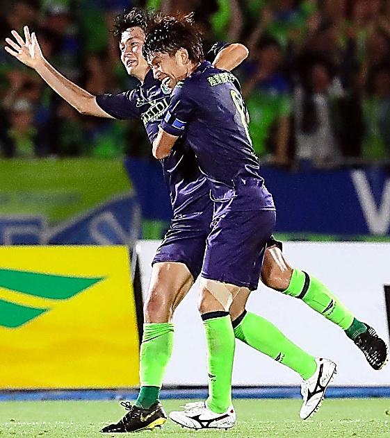 後半、勝ち越しのゴールを決め喜ぶ湘南杉岡(左)
