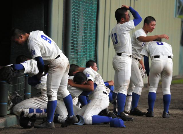 白河旭―磐城 試合終了後、ベンチ前で泣き崩れる磐城の選手たち=白河グリーン