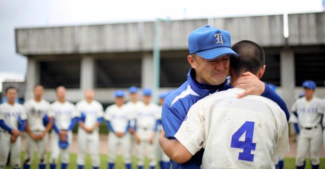 「今まで本当にありがとうな」。主将の遠藤民生君(3年)を抱きしめて泣く磐城の木村保監督=15日、白河グリーン