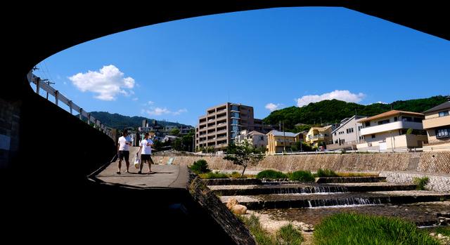 平尾誠二は歩きながら考え事をしていたという。自宅近くを流れる住吉川の河川敷を家族とともに散歩した=神戸市東灘区