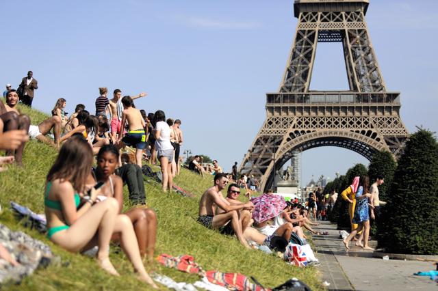 パリのトロカデロ広場。エッフェル塔を背景に日光浴を楽しむこともできる=AP