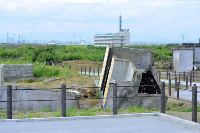 住宅基礎や建物の残骸が残された震災遺構。後方は荒浜小=仙台市若林区荒浜