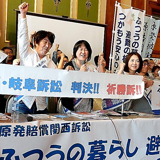 原発事故の避難者が国と東電に賠償を求めている関西の集団訴訟。法廷後は集会を開いて気勢を上げる。中央で左の拳を握っているのが森松明希子さん=5月23日、大阪市北区