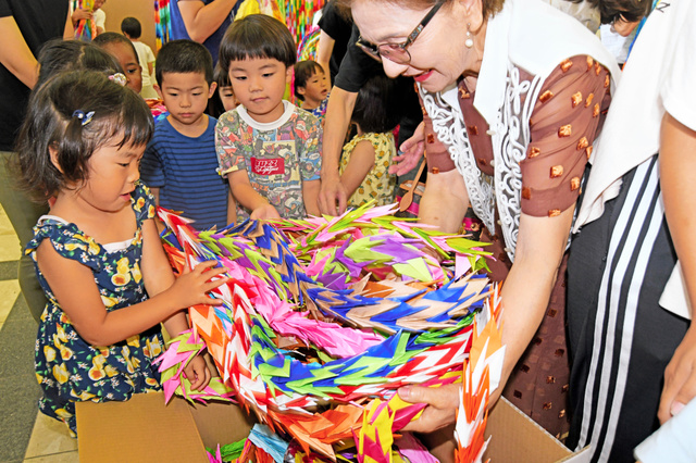 つのぶえ保育園の園児らが千羽鶴を箱詰めした=2019年7月31日午前10時33分、千葉県成田市の成田市役所、根岸敦生撮影