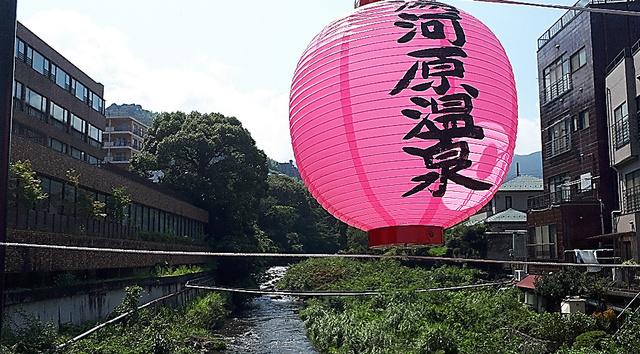 神奈川県湯河原町(右)と、静岡県熱海市(左)の間を流れる千歳川=7月30日
