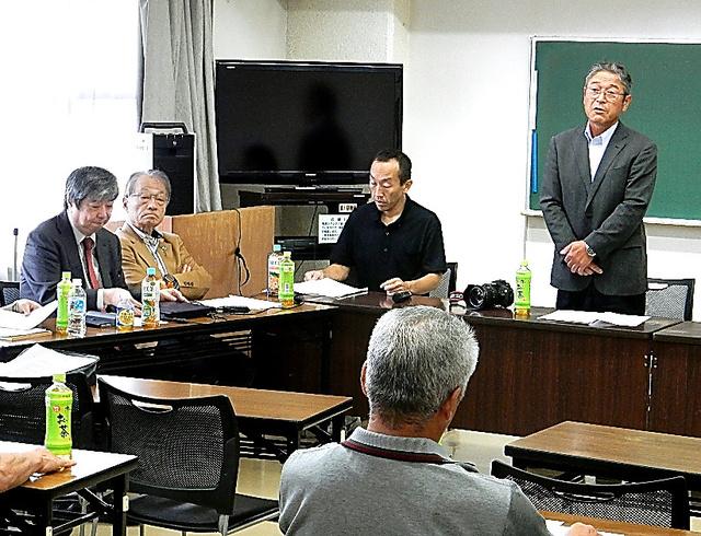 長谷川健一さん(右端)が団長だった「飯舘村民救済申立団」は解団を決めた=7月6日、福島市