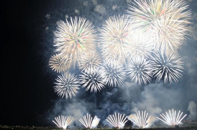 2日に始まった長岡花火=新潟県長岡市の信濃川河川敷
