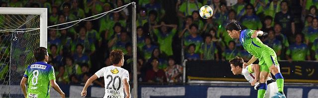 後半、決勝のヘディングシュートを決める湘南の坂(右上)=日刊スポーツ