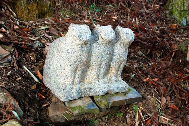 3匹並びの猫石像=村田町歴史みらい館提供