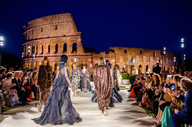 ローマのコロッセオで行われたファッションショー。イタリアはファッションでも有名=AP