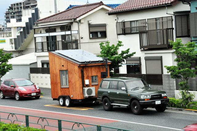 車で引かれる移動式えねこや=東京都調布市