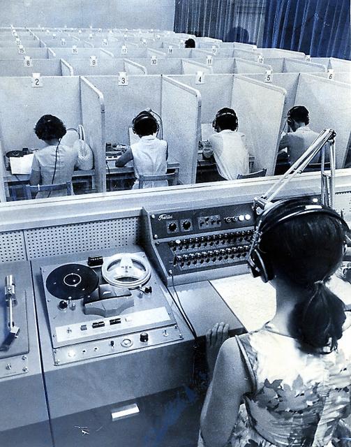 東京五輪に向けた学生通訳の講習会には、約130人が参加。ブースに入って会話を練習した=1963年7月8日、東京都の上智大学