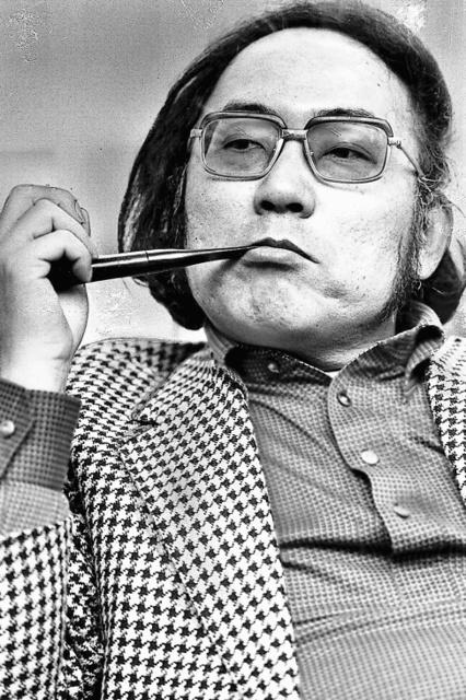 竹村健一さんのトレードマークでもあったパイプ。講演会のときもテレビに出るときも手放さず、「頭脳を働かせる必需品」と言っていた=1980年