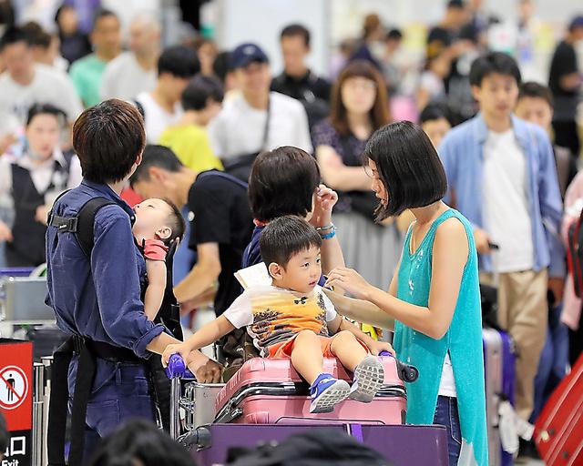 お盆休みで、出国する人たちで賑わう成田空港=9日午前7時23分、杉本康弘撮影