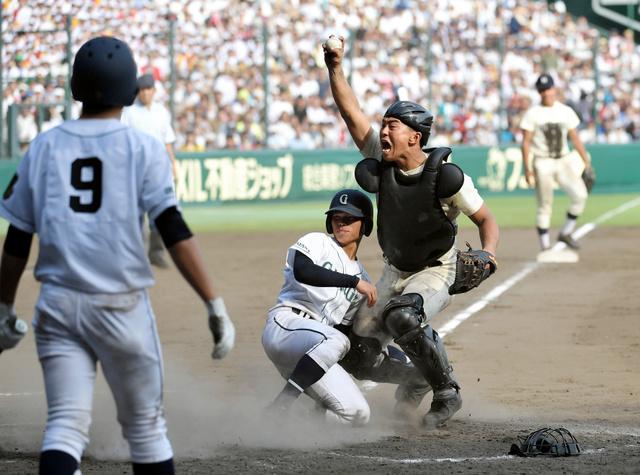 広島商―岡山学芸館 七回裏岡山学芸館1死一、三塁、代打丸田が見逃し三振に倒れ、一塁走者中が二盗を狙う間に、三塁走者岩端が本塁を狙うがタッチアウト。捕手山路、次打者好田⑨=10日、阪神甲子園球場、金居達朗撮影
