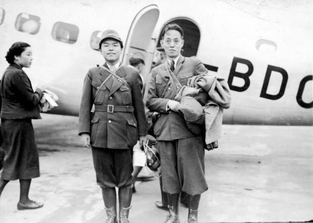 慰問の音楽部隊の一員として日中戦争中の中国・漢口に出発する作曲家の古関裕而さん(左)。右は作詞家の西条八十さん=1938年9月28日、羽田空港で