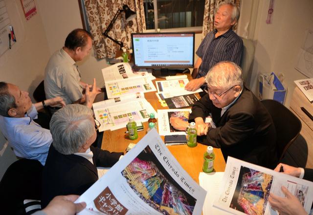 マンションの一室で編集会議を開く、「ちよだタイムズ」のスタッフ=2019年7月19日、千代田区九段北