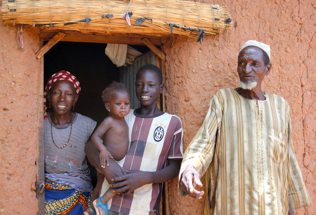 両親に囲まれたウゼイル・ハブさん(右から2人目)は「いつかは村で小売店を開きたい」と夢を語る=ニジェール・ザンデール州エルダワ村、大久保真紀撮影