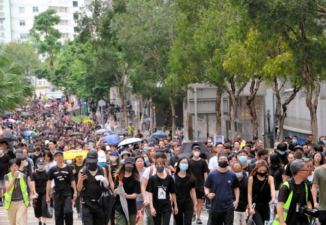 香港の九竜半島で行われたデモ行進に参加する人たち=2019年8月17日午後3時56分、西本秀撮影